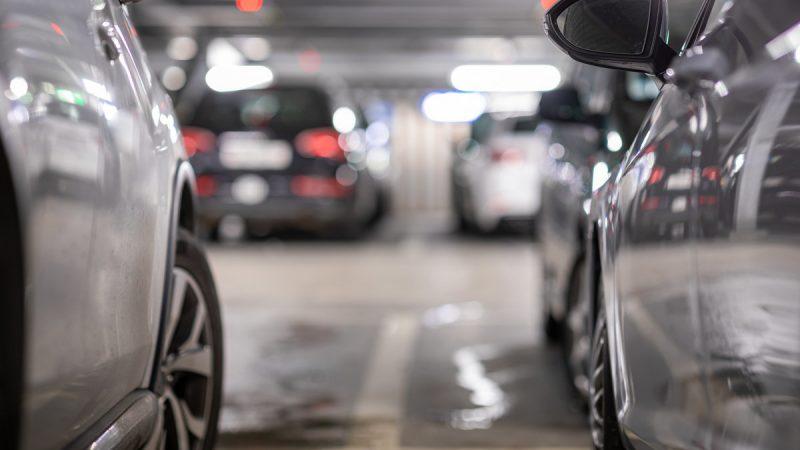 Quelles astuces pour trouver une place de parking près de l'aéroport de Charleroi?